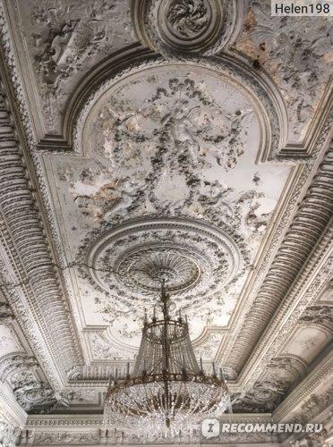Некогда красивейший потолок, сейчас уже видно, как он осыпается