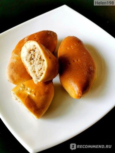 Мясная начинка для пирожков сделана при помощи мясорубки