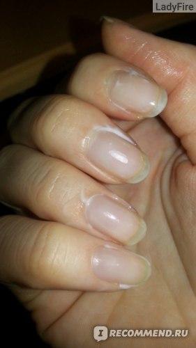 Щедро мажу около ногтей