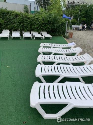 лежаки возле детского и круглого бассейна, все поломанные