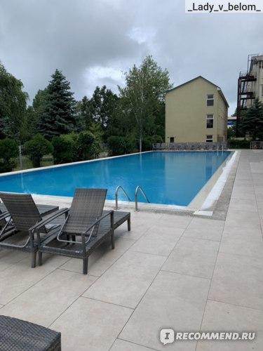 большой бассейн, где глубина около 2 метров везде. Никого нет потому что фото сделано после ливня.