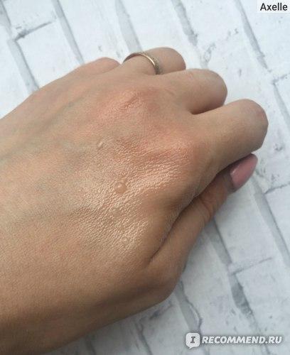 """""""масло"""" на руке, прекрасно видно какая консистенция у него"""