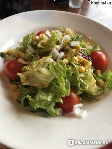 Еще один салатик. Вообще, во многих кафе практически не было полезной еды, и даже простых салатов было небольшое количество.