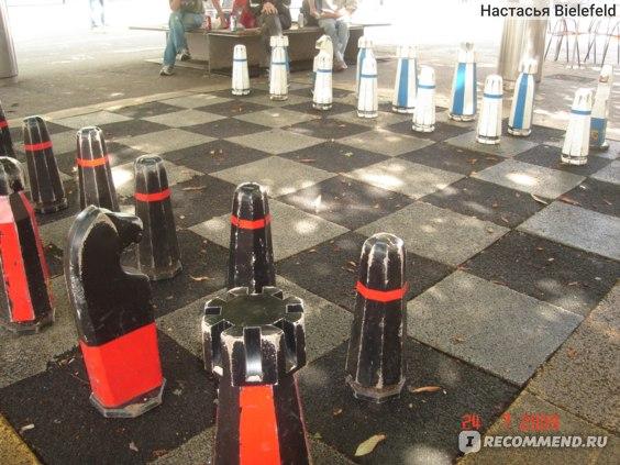 народ на улице любит играть в шахматы :)