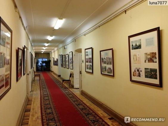 Во флигеле длинные коридоры и много комнат.