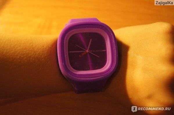 часы на руке.