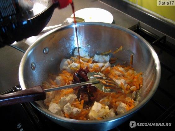 в сотейнике: куриное филе, лук, морковка, твенджан и соевый соус