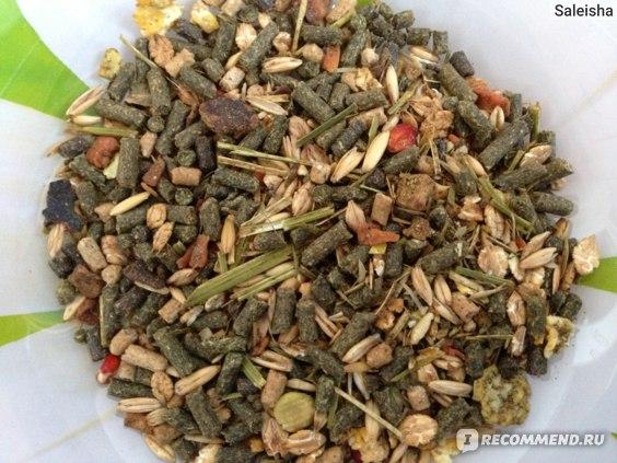 Корм очень ароматный, запах сладкий. Много травяных гранул, которые мы не едим.