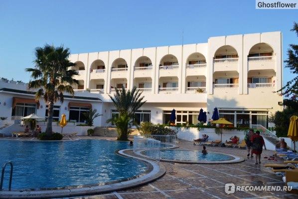 Второй бассейн отеля, в этом корпусе находится тунисский ресторан.