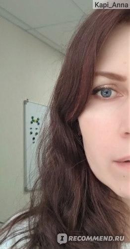 неравномерное окрашивание, видна седая прядь у лица