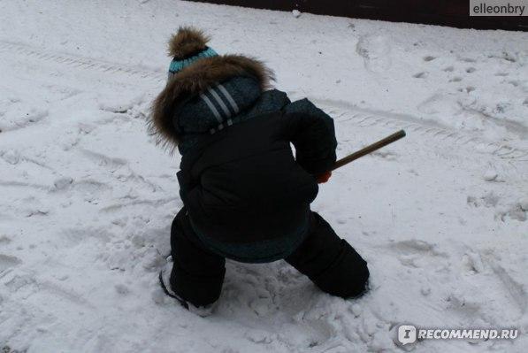 Ребенку легко двигаться в костюме! Расчищаем с папой дорогу к гаражу))))