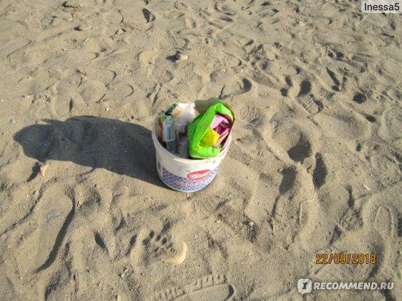 вот такие импровизированные пластиковые ведерки придумали туристы для сбора мусора