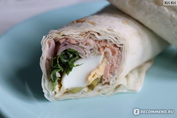 Сэндвич ролл ВкусВилл с горбушей горячего копчения фото