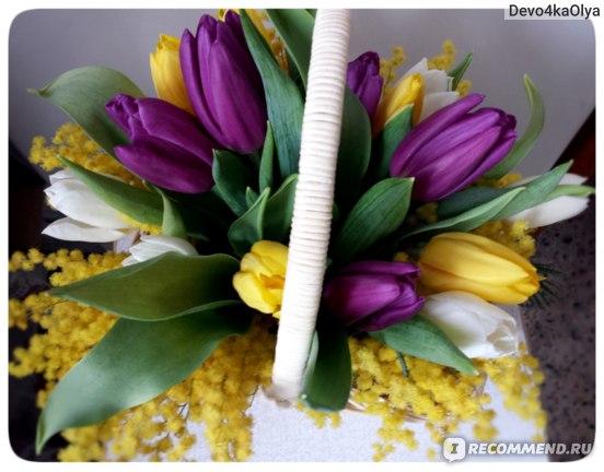 Флористическая композиция из тюльпанов и мимозы