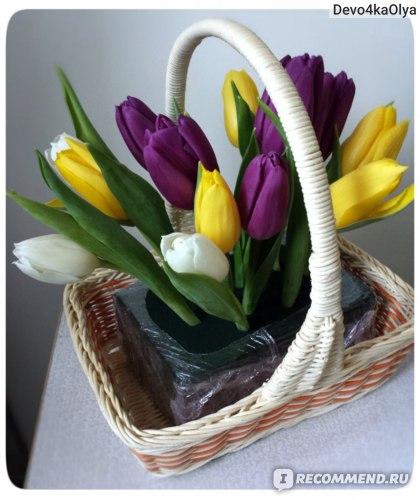 Процесс создания флористической композиции. Хорошо видно, как пена держит цветы в заданном положении