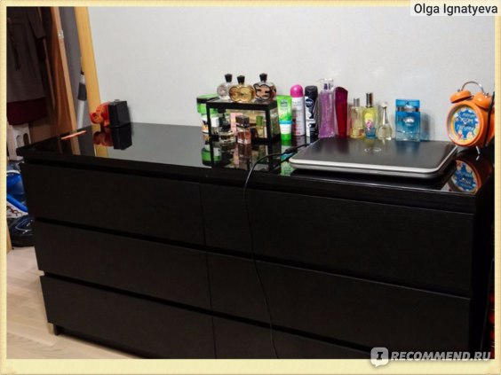 Общий вид комода МАЛЬМ с 6-ю ящиками: вещи отражаются в стеклянной поверхности