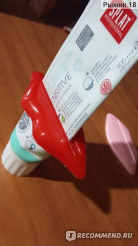 Прибор для бережного выталкивания зубной пасты. AliExpress. 2pcs/lot Free shipping Red lips squeeze device to squeeze toothpaste out also for Lotions and cosmetics avoid wasting фото