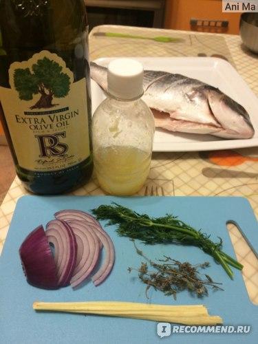 Приправы к рыбе в этот раз: олив.масло, лимонный сок (обычно лимоны у меня именно в виде сока - лучше хранится и удобнее), лук, укроп, тимьян и лимонная трава.