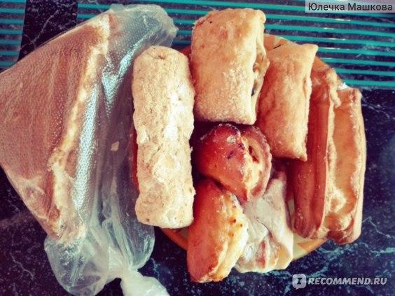 """Торт """"Медовик"""", торт """"Наполеон"""" (от Разевай),  вверху слойки """"яблоко/корица"""", внизу """"мини-сочники"""" от Комлево, правее печенье """"улыбка с творогом"""" от Москпекаря и любимый Комлевский эклер)"""