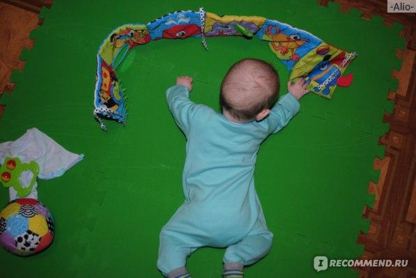 Ребенок заинтересован и тянется к ней