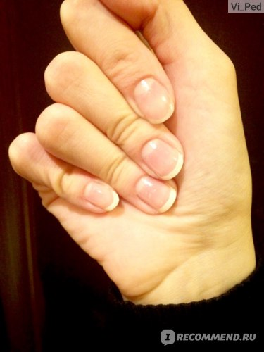 Ноготь на указательном пальце не окрашен