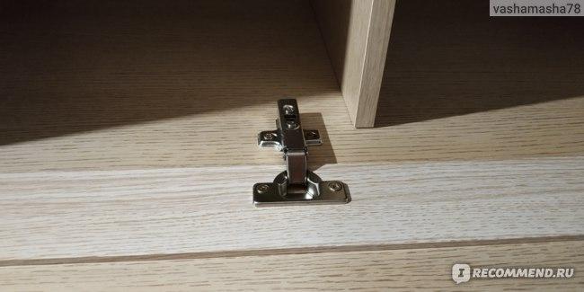 Дверки не хлопают, так как петли шкафа со стопором. Дверки можно не придерживать и это очень удобно.