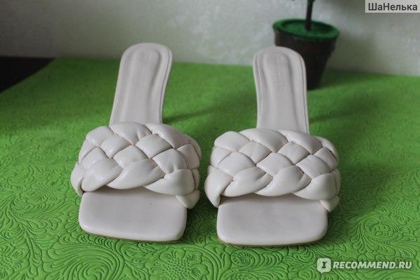 светлые мюли шлёпки на каблуке