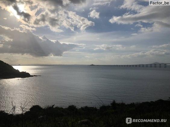 На горизонте видны очертания моста и въезд в подводный тоннель