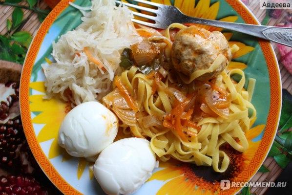 Пример обеда: кукурузная лапша, яйца, куриная котлета и квашеная капуста