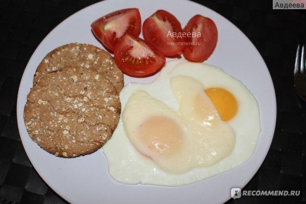 Пример завтрака/обеда: яичница, овощи и хлебцы