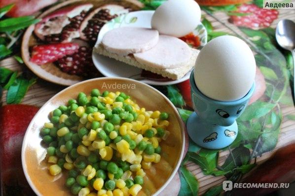 Пример завтрака: яйца, отварные овощи, хлебец с индюшиной колбасой (колбаса всего 82 ккал на 100 грамм)
