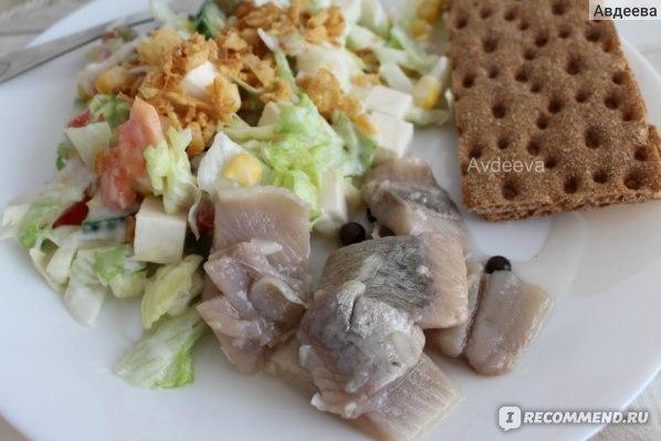 Пример обеда: салат и селедка
