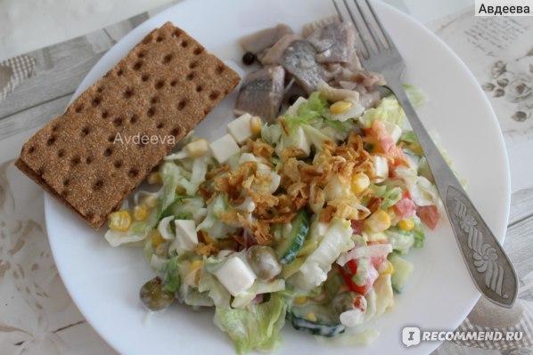 Пример обеда: салат, селедка, хлебцы