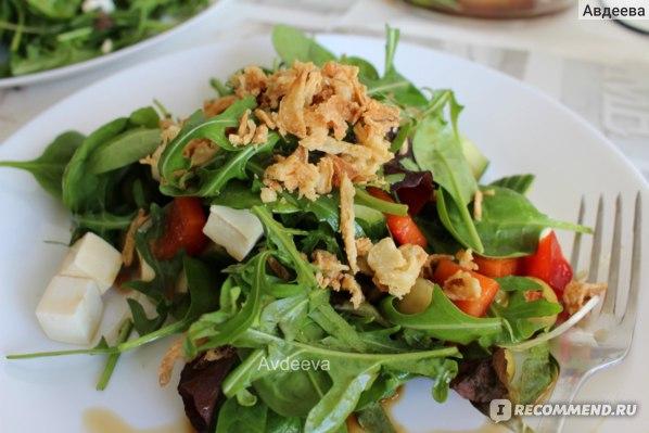 Пример обеда: салат с добавлением сыра или мяса