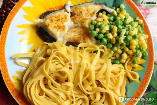 Пример обеда: кукурузная лапша, тушеная рыба, овощи