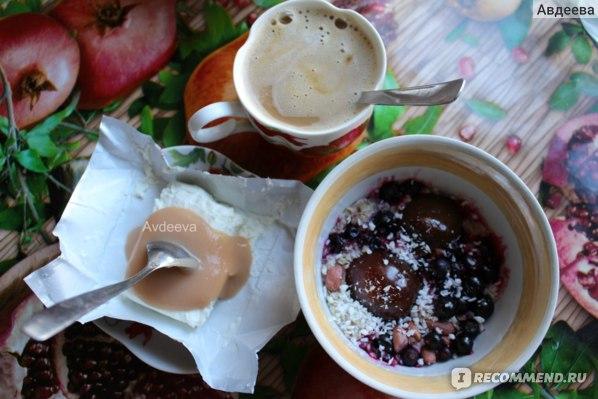 Стандартный завтрак: овсянка с фруктами, кофе с молоком и детский сладкий 0% творожок с детским питанием-пюре)