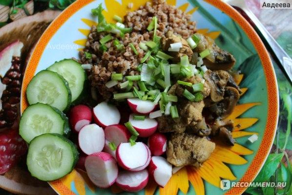 Пример обеда: гречка с овощами, мясо с грибами