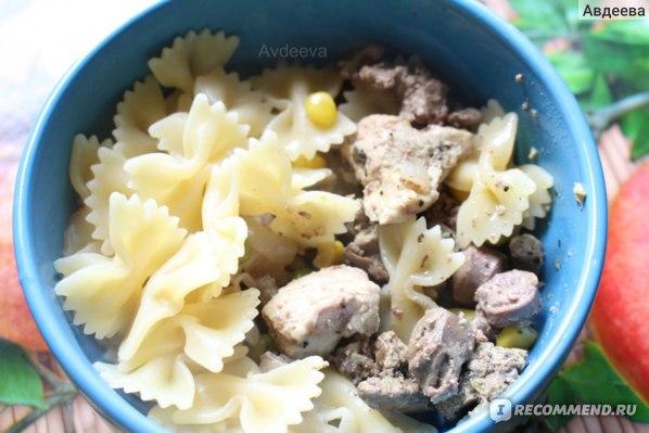 Пример обеда: макароны-бантики из дурума, тушеная куриная печень и филе курицы с овощами