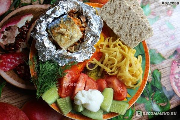 Пример обеда: кукурузная лапша, овощи, греческий йогурт, кусочек скумбрии, цельнозерновые хлебцы