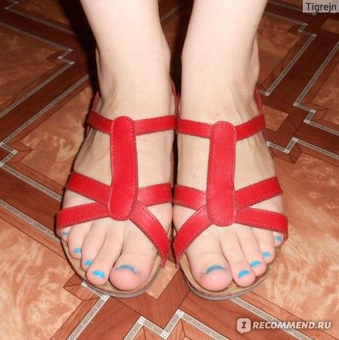 Удобнейшие красные сандалии (имя производителя стерлось)