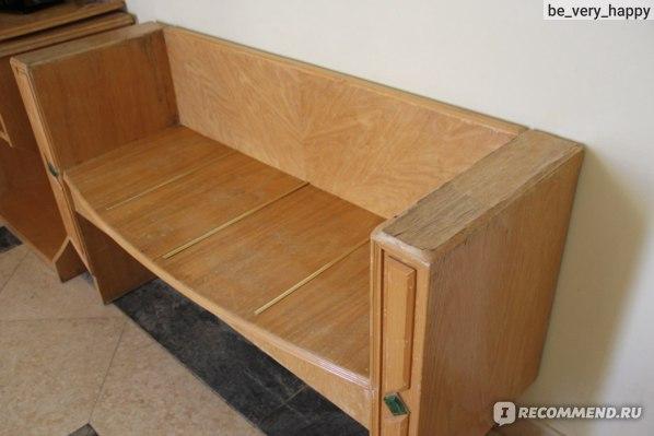 Обшарпанная скамейка в номере