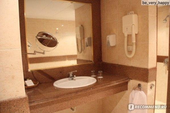Зеркало и фен в ванной