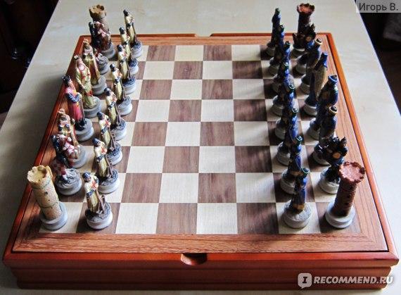 Шахматные фигуры стоят на доске