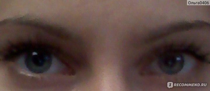 оба глаза накрашены)