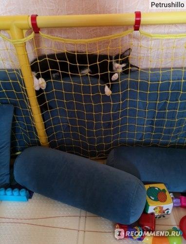 Подушки у стены очень удачно встали и дочка под присмотром кошки)))