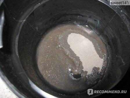 Вот я добавила несколько капель воды в миску с глиной и маслом жожоба