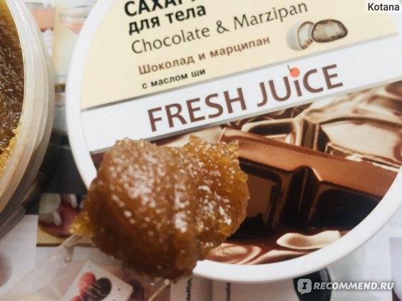 Текстура скраба для тела Fresh Juice Chocolate & Marzipan распределенная по влажной коже