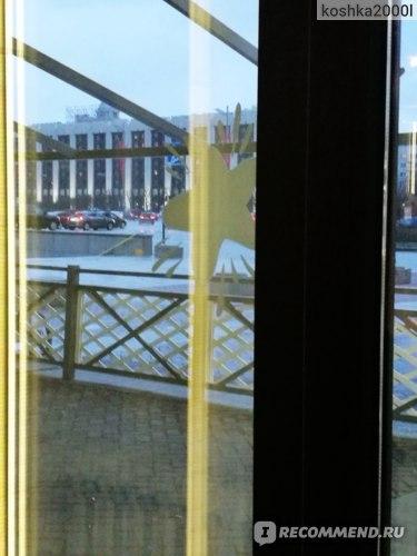 вид на отель и з окна кафе на противоположной стороне улицы