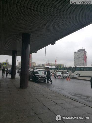 вид со стороны отеля на улицу