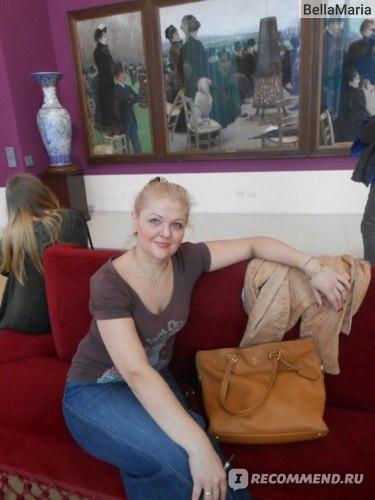 Я в Риме в музее современного искусства с самой моей любимой сумкой.